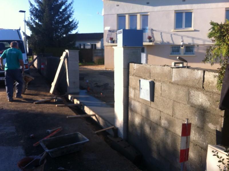 démolir un mur de clôture